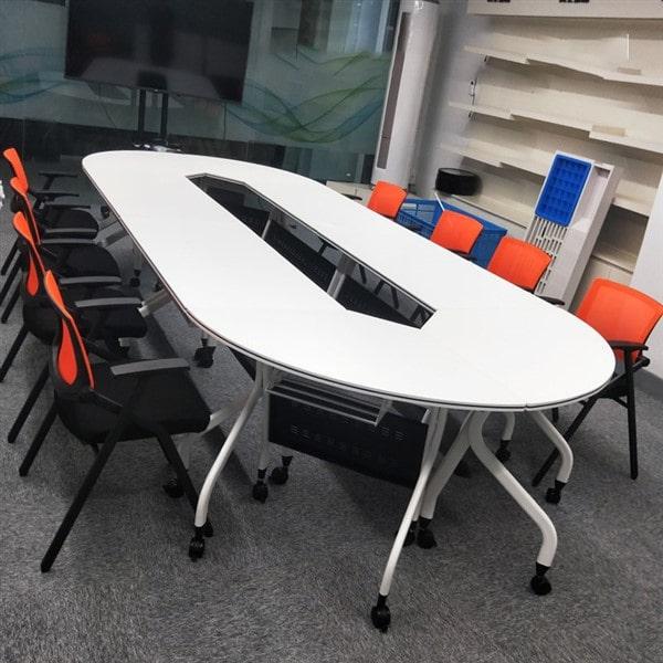 Những chiếc bàn làm việc trong không gian hiện đại